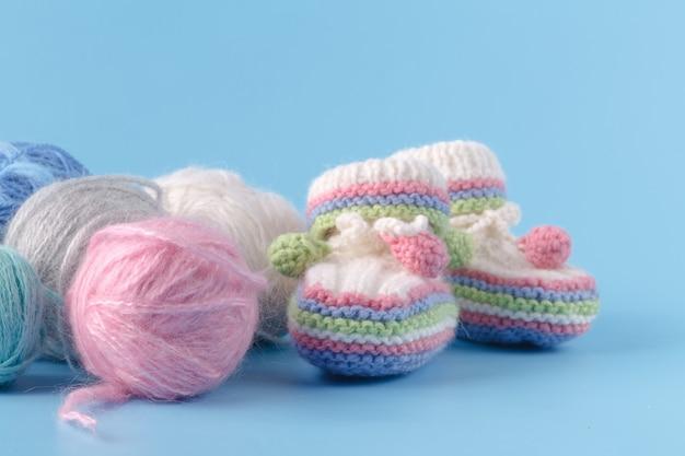 多色糸でベビーシューズを編む