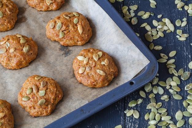 Закройте тыквенное печенье с семенами