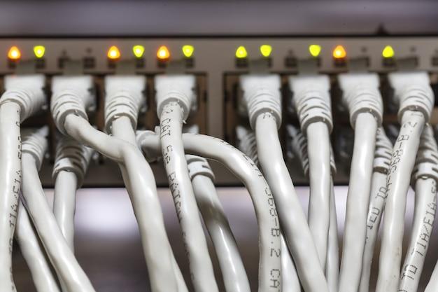 スイッチに接続されたイーサネットケーブル