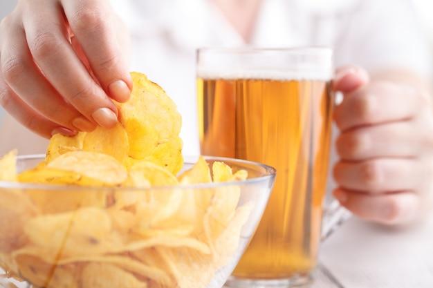 Расслабляющий ужин с пивом и картофельными чипсами, женский в домашних условиях