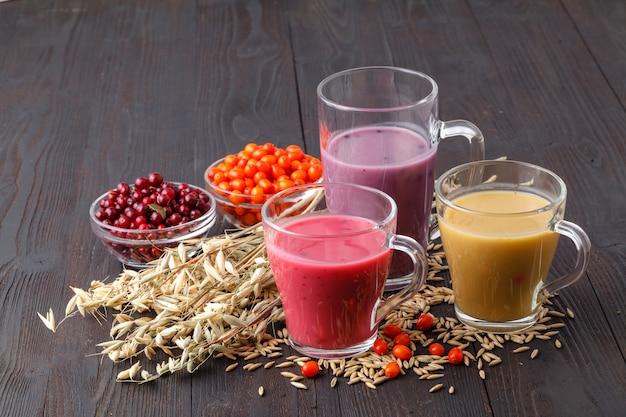 素朴なテーブルにオート麦と自家製抗酸化夏果物スムージー
