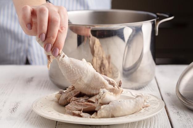 チキンスープ、ゆでた鶏肉の調理