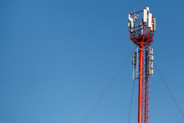 高い電話塔。フォアグラウンドで通信鉄塔と美しい空