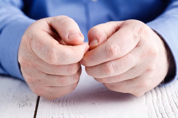 Дурная привычка грызть ногти