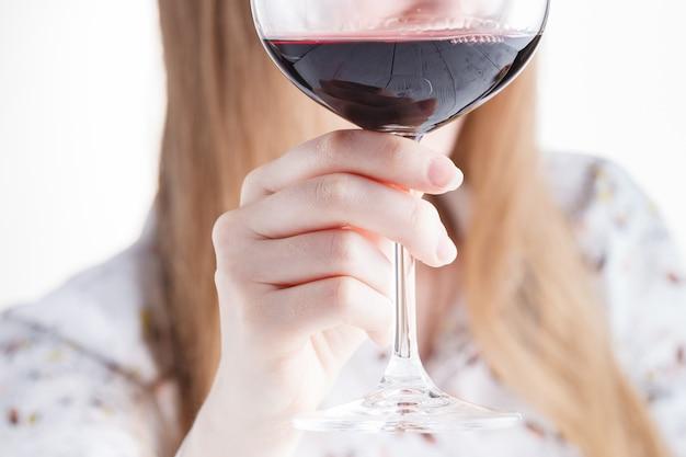 赤ワインを飲む美しい若い女性