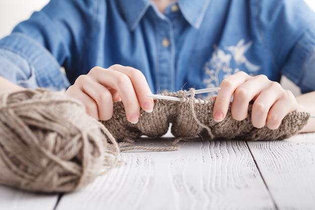 Вязание шерстяного шарфа, крупный план рук