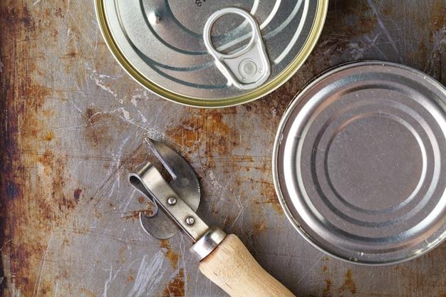 魚は木製の背景に缶切りでできます。