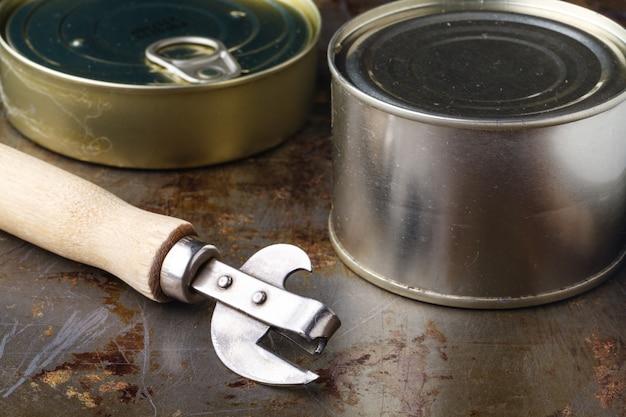魚はオープナー付きの木製テーブルにクローズアップできます。