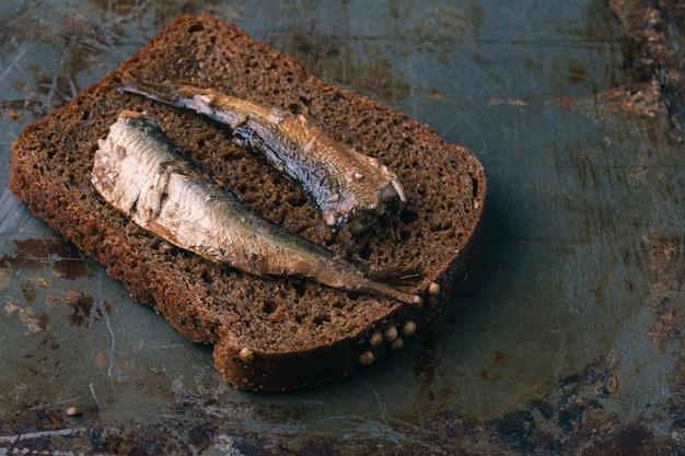 Под солёными анчоусами с ломтиком хлеба