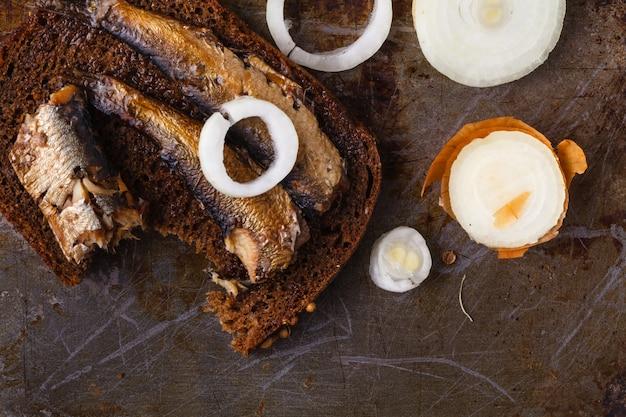 Килька на кусок черного хлеба. рыба с хлебом