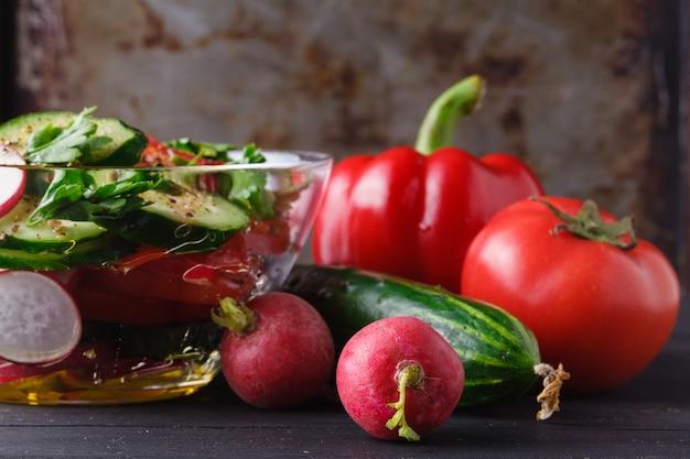 トマト、コショウ、タマネギ、ルッコラのヘルシーグリーンサラダ