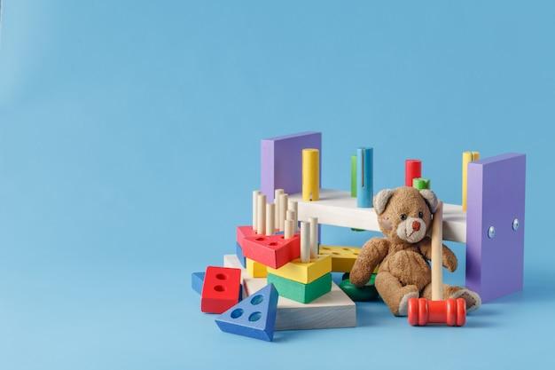 カラフルな木のおもちゃのビルディングブロック