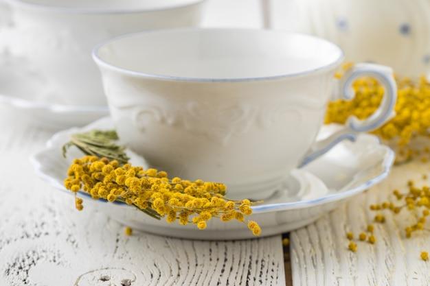 Элегантный белый фарфоровый чайный сервиз с чашками и блюдцами. роскошный дизайн с фарфоровыми розами.