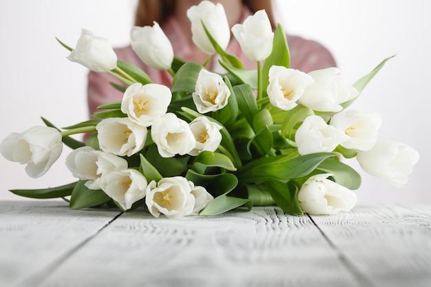 Девушка с букетом свежих дарованных тюльпанов