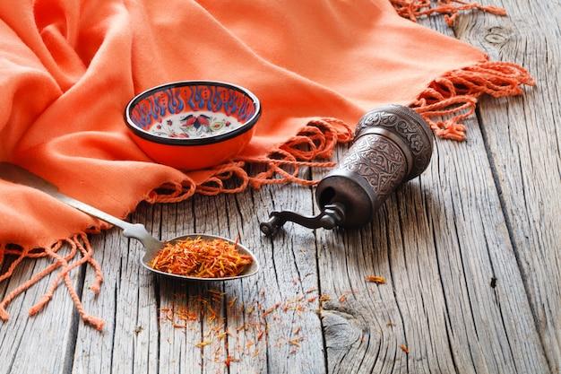 絹の布で木製のテーブルのスプーンでシャフラン