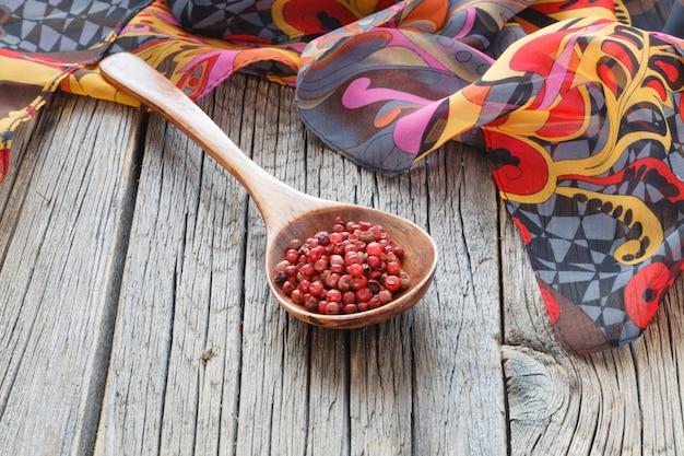 木製のテーブルで木のスプーンのコショウ