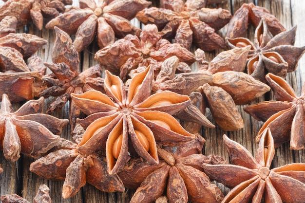 Сушеные семена аниса на деревянном столе крупным планом