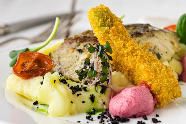 Филе рыбы гриль с овощами барбекю