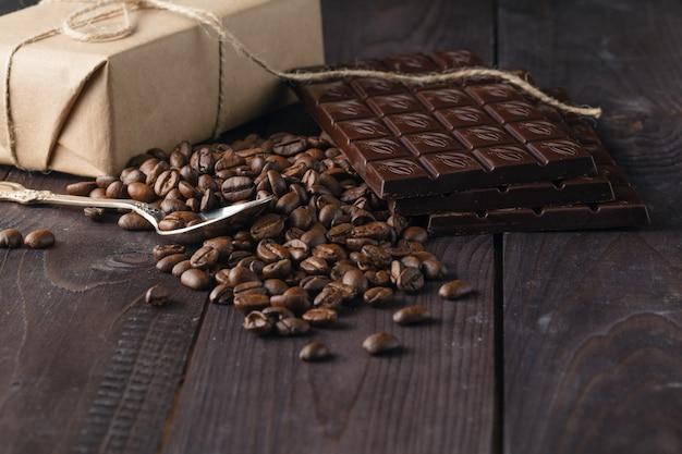 Плитка из темного шоколада и кофейных зерен