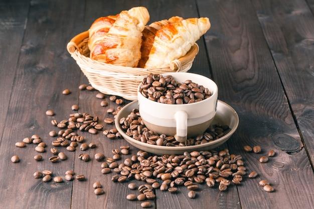 Горячий кофе и круассаны