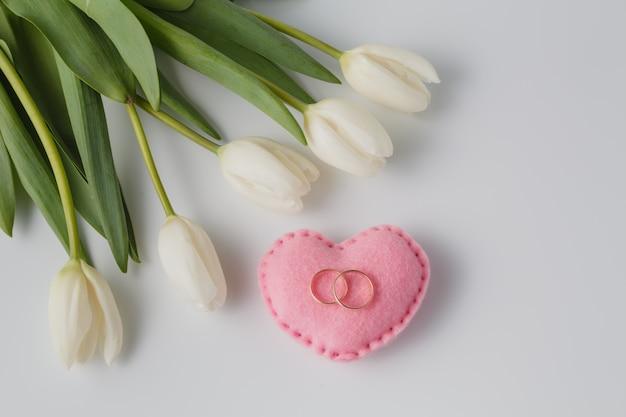 美しい白いチューリップと結婚指輪