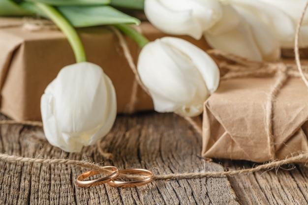 Подарочные коробки ручной работы, обручальные кольца и тюльпаны