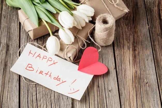 С днем рождения сообщение с цветами на деревенском столе с цветами