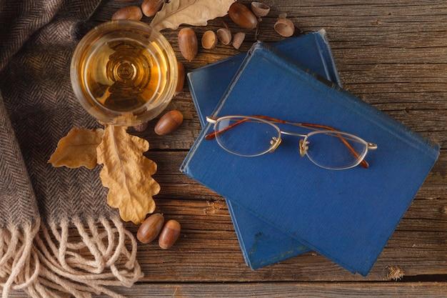 Осенняя сцена. кофейная чашка и книги