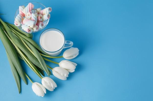 Белые тюльпаны с витыми зефирами