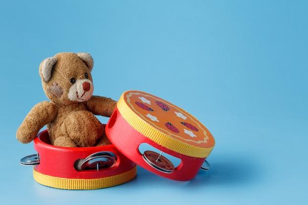 Игрушечные музыкальные инструменты и игрушечный мишка