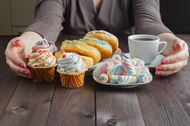 Много сладостей и пончиков