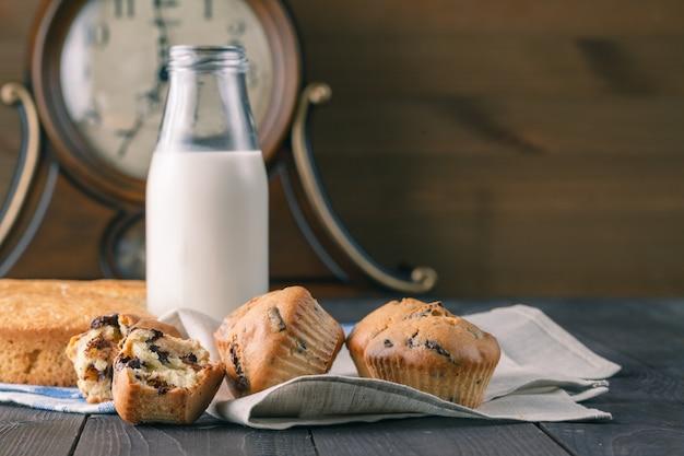 Детский завтрак с кексами и молоком