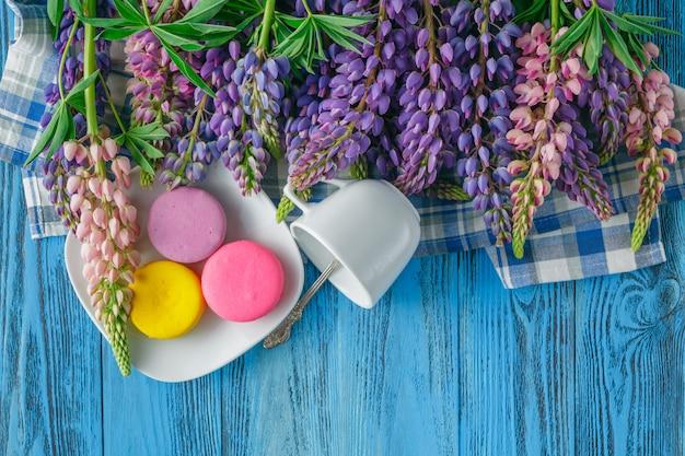 Композиция с чашкой и букет красивых весенних цветов на деревянный стол
