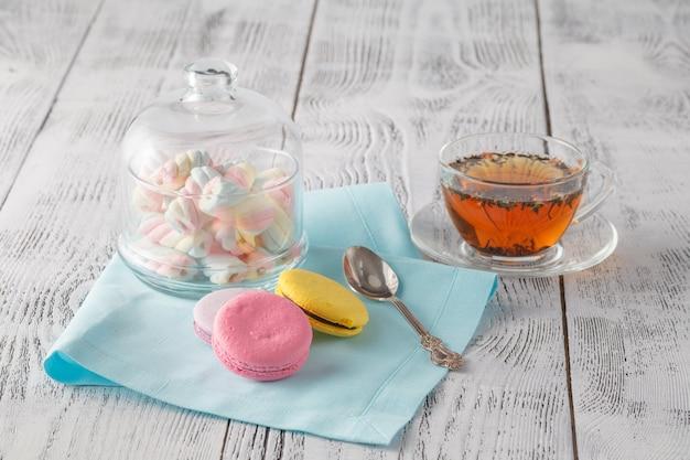 ティーカップと甘くてカラフルなフランスのマカロン