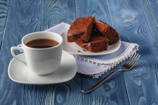 おいしい、柔らかく、正方形のスライスチョコレートブラウニーのスタックとプレートのクローズアップ