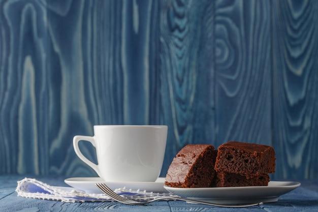 背景に新鮮な自家製チョコレートブラウニー