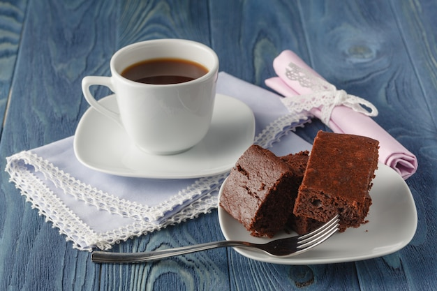 Шоколадные пирожные на темном деревянном фоне