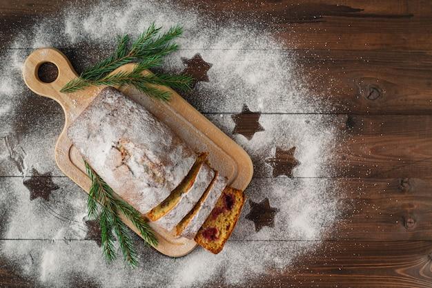 クロワッサンやシュガーパウダー入りマフィンなどのモダンなペストリークラッフィン、クリスマスデコレーションとモミの木