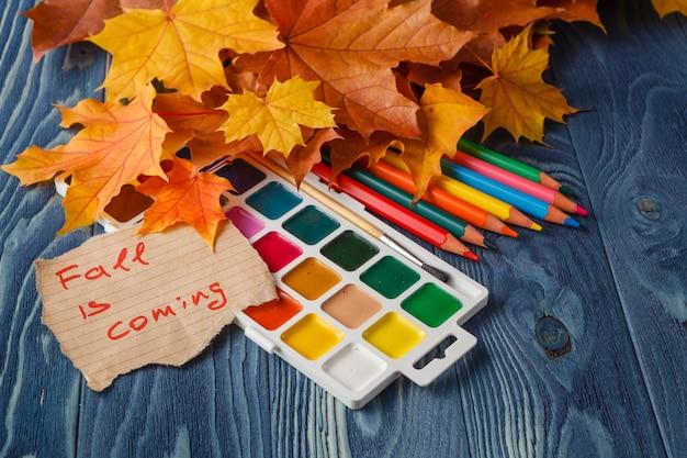 Цветные карандаши и лист