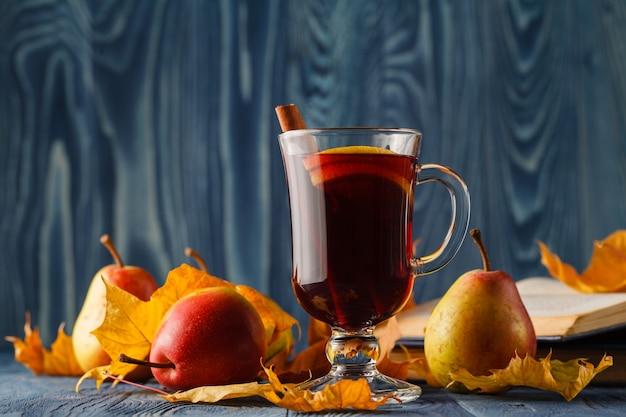 シナモン、オレンジ、アニス、その他のスパイスを使ったグリューワインの伝統的なホットスパイスアルコールの冬季飲料。感謝祭の休日のお祝いのレシピ