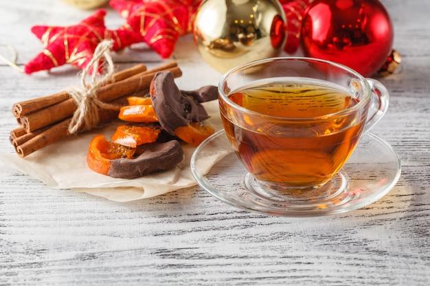 ティーカップ、パインコーン、装飾品でクリスマス休暇の背景