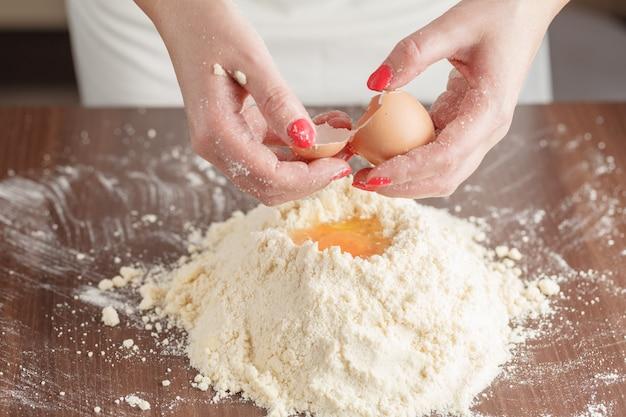 ハンガリーのケーキのペストリー生地を作る。シリーズ。小麦粉、サワークリーム、卵を混ぜたパン屋