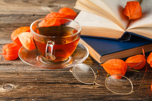 秋。一杯のお茶と葉の形をしたクッキー。