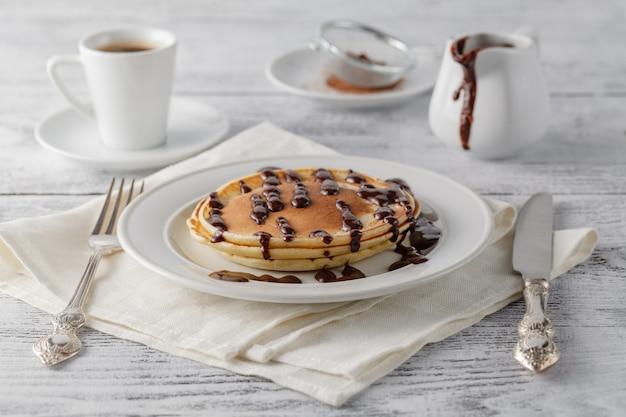パンケーキトッピングチョコレートソースシロップ