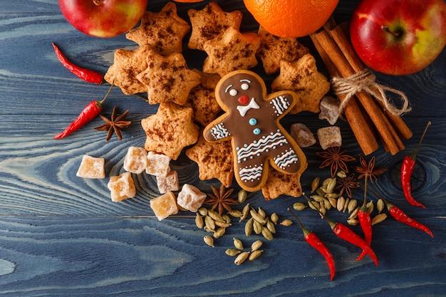 クリスマスポストカード装飾コンセプト。モミと素朴な木製のテーブルの上にボール