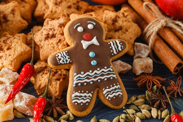 Рождественское печенье с праздничным украшением на деревянном фоне