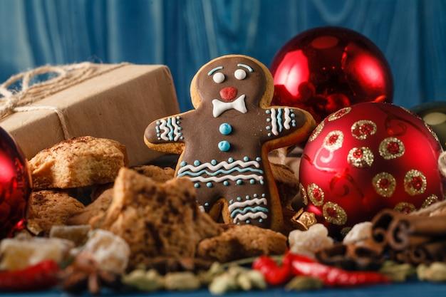 シナモンとジンジャーブレッド人と素朴なテーブルでクリスマスディナー