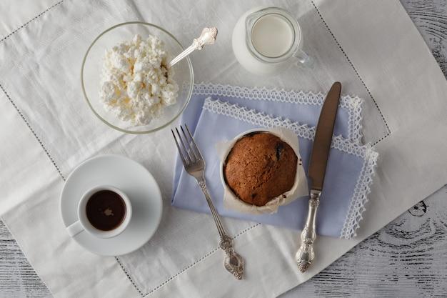 Вид сверху кексы с кофе на деревянный стол