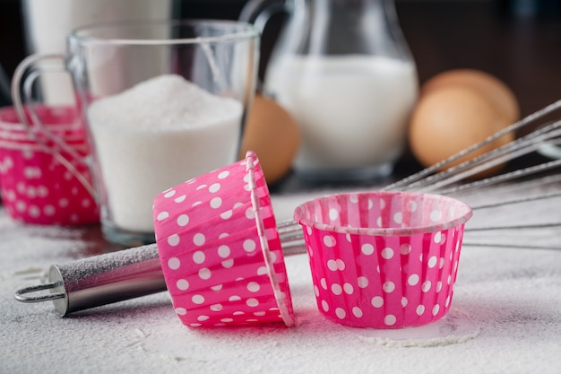 Кексы и ингредиенты на столе