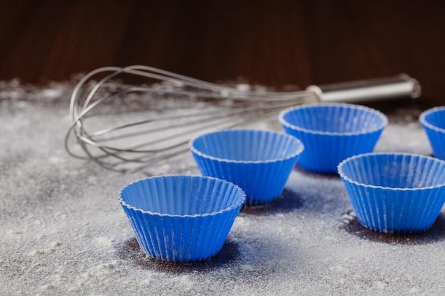 Ингредиенты для выпечки кексов на деревянный стол, крупным планом